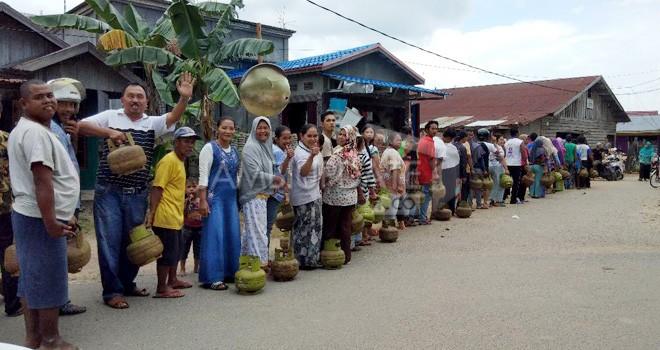 Terlihat warga antri di Pangkalan Jalan Ketapang.