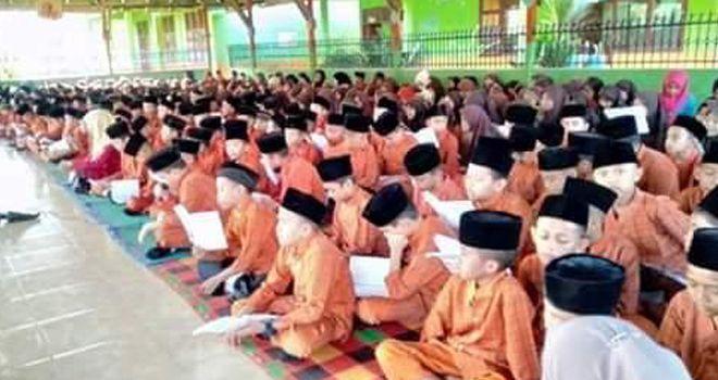 Siswa SD 02 Sarolangun saat membaca al-quran sebelum melakukan PBM.