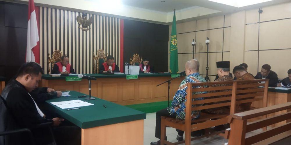 Sidang perdana dengan agenda pembacaan surat dakwaan, mereka adalah Supardi Nurzain, Elhelwi dan Gusrizal, Kamis (5/12) di pengadilan Tipikor Jambi.