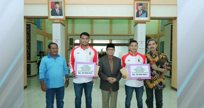 Bonus itu di berikan Gubernur Jambi Fachrori Umar setelah keduanya berhasil meriah medali emas usai memperkuat Tim Nasional Indonesia di SEA Gemes, Filipina.