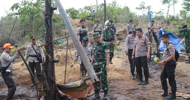 Tim gabungan dari TNI-Polri serta pihak terkait lainnya saat melakukan penutupan sumur-sumur minyak ilegal di Batanghari.