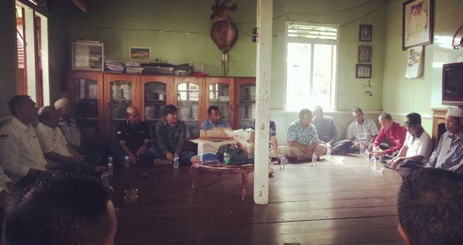 Sekitar 15 perwakilan masyarakat di Mersam menghadiri pertemuan di satu rumah warga. Masyarakat menyampaikan harapan-harapan mereka kepada perwakilan dari Syarif Fasha.