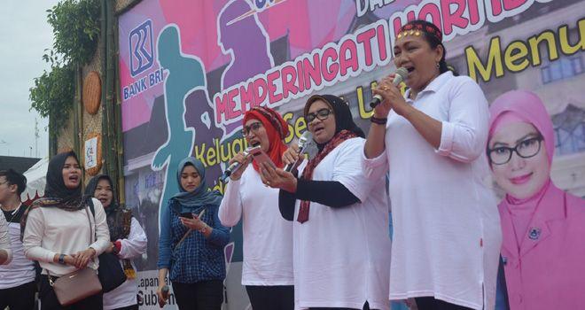 "Rahima saat mengikuti Senam dan Jalan Sehat Keluarga dalam Rangka Peringatan Hari Ibu (PHI) ke-91 Tahun 2019 dengan tema ""Perempuan Berdaya, Indonesia Maju"