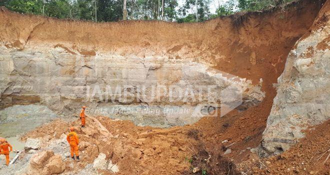 Pencarian dan evakuasi korban longsoran tanah di lokasi PETI di Merangin (22/12).