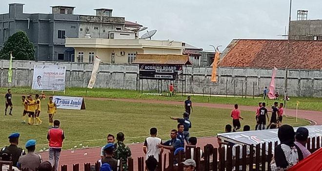 Pertandingan antara PS Merangin vs PS Sarolangun Gubernur Cup Jambi 2020 di stadion Tri Lomba Juang KONI Jambi, sore ini (9/1), kian memanas.