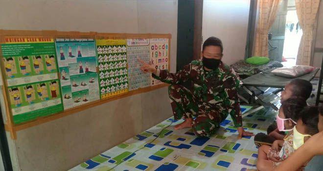 Anggota Satgas TMMD 108 Kodim 0419/Tanjab Ajari Anak Usia Dini Baca Tulis Huruf Hijaiyah