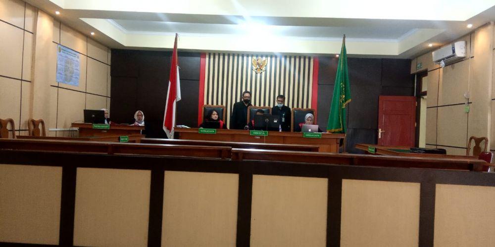 Saat sidang putusan di Pengadilan Negeri Jambi yang berlangsung secara daring. Riski Subandi divonis penjara selama 1 tahun 8 bulan atas kasus pemerasan dan pengancaman terhadap ibu kandungnya sendiri