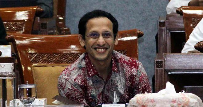 Foto : Iwan tri wwahyudi/ FAJAR INDONESIA NETWORK : Menteri Pendidikan dan Kebudayaan (Mendikbud) RI, Nadiem Makarim mendengarkan pertanyaan dari anggota dewan saat rapat kerja (Raker)dengan Komisi X DPR RI di Gedung Parlemen Senayan, Jakarta (Kamis (12/12/2019).