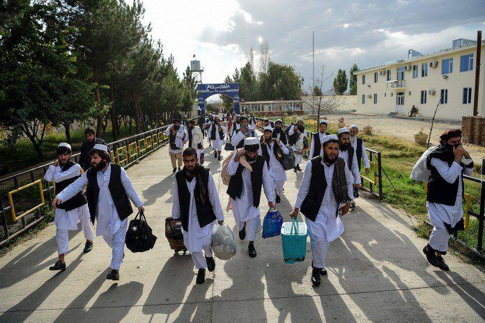 Tahanan Taliban berjalan kaki usai dibebaskan dari penjara Pul-e-Charkhi, di pinggiran Kabul kemarin.