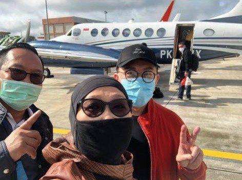 Prasetijo (kiri), Anita Kolopaking dan Joko Tjandra (kanan) sempat selfie bersama sebelum menaiki pesawat. Mereka menumpang jet carteran yang dioperatori PT Transwisata Prima Aviation jenis King Air 350i PK-TWX.