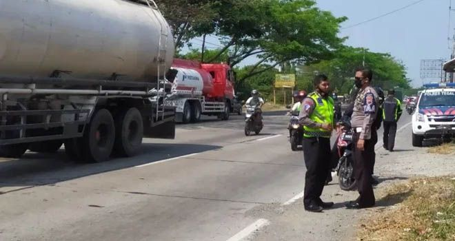 YERI NOVELI/RADAR SLAWI OLAH TKP - Anggota Unit Laka Lantas Polres Tegal sedang melakukan olah TKP kecelakaan di Jalan Pantura Desa Padaharja, Kecamatan Kramat, Kabupaten Tegal, Minggu siang (9/8).