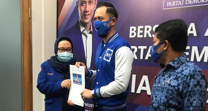 Cawabup Batanghari Camelia saat menerima rekomendasi dukungan dari Partai Demokrat yang diserahkan langsung oleh Ketum DPP Demokrat AHY di Jakarta (12/8).