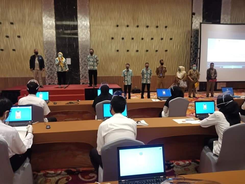 Peserta Seleksi CPNS Kota Jambi, Kabupaten Tanjabbar dan Merangin mengikuti ujian SKB, Tampak Panitia Menerapkan jarak aman antar peserta.