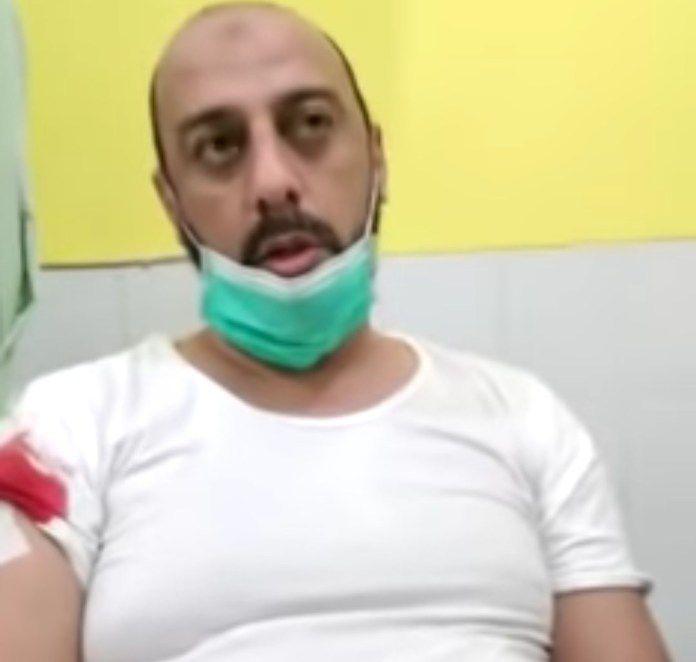 Syekh Ali Jaber dengan luka tusukan di lengan kanan.