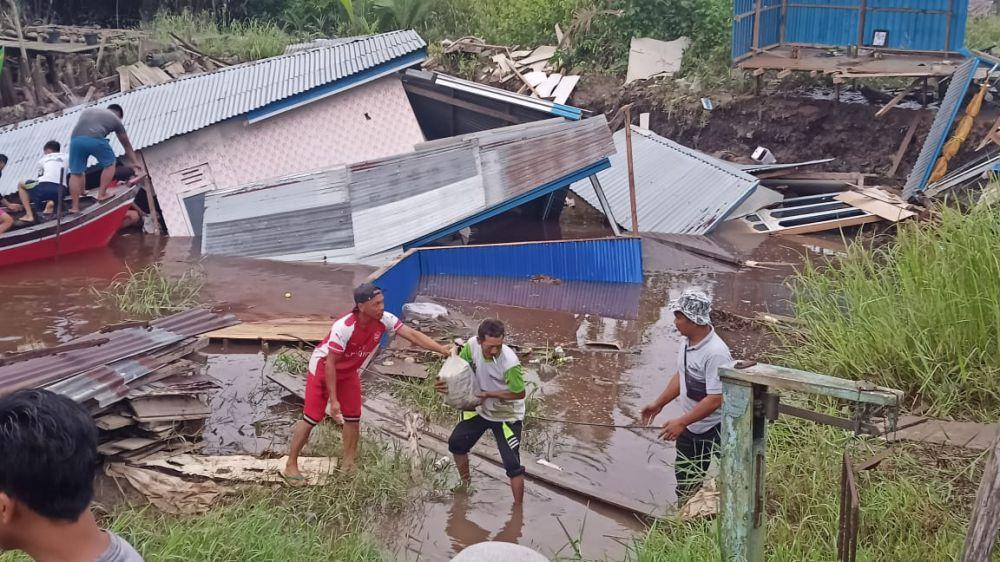 Dua Rumah Warga di Tanjabtim Ambruk Ke Sungai.