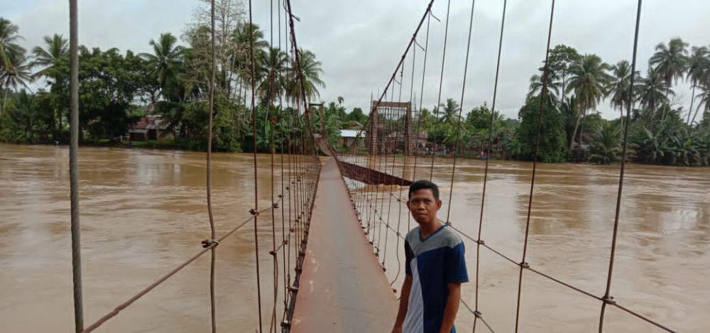 PUPR Merangin Perbaiki Sementara Jembatan di Desa Karang Berahi.