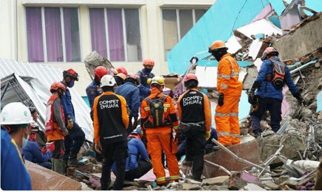 Tim SAR melakukan penyisiran di reruntuhan salah satu RS di Mamuju akibat gempa Sulbar, Minggu (17/1). Foto: dok. BNPB.