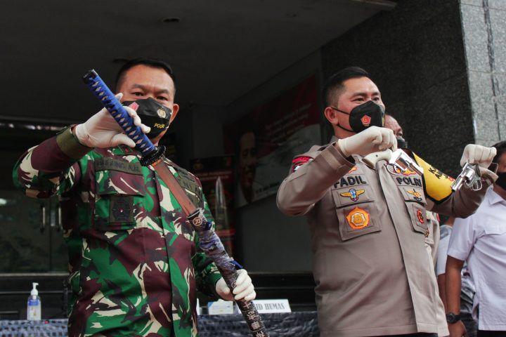 Pangdam Jaya Mayjen Dudung Abdurachman (kiri) bersama Kapolda Metro Jaya Irjen Fadil Imran (kanan) saat memberikan keterangan kepada media di Polda Metro Jaya, Jakarta, Senin (07/12). Aparat polisi terlibat bentrok dengan para pendukung Front Pembela Islam (FPI) Rizieq Shihab di kawasan Cikampek, pada Senin (7/12) pukul 00.30.WIB. Enam dari 10 pengikut Habib Rizieq Shihab tewas ditembak polisi di Tol Jakarta-Cikampek karena melakukan perlawanan.