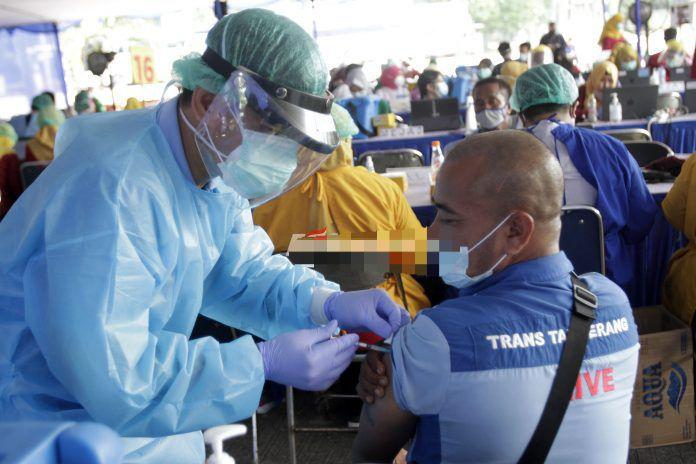 Pengemudi Transportasi Umum dan Online menerima Vaksinasi secara geratis di terminal Poris Plawad, Kota Tangerang, Banten, Jumat (5/03). Sebanyak 1000 Pengemudi mendapatkan Vaksinasi dosis pertama di Terminal Porispelawad Kota Tangerang, vaksinasi melalui Dinas Kesehatan (DINKES) yang bekerja sama dengan Dinas Perhubungan (DISHUB) guna pencegahan penularan Covid-19 diangkutan umum.