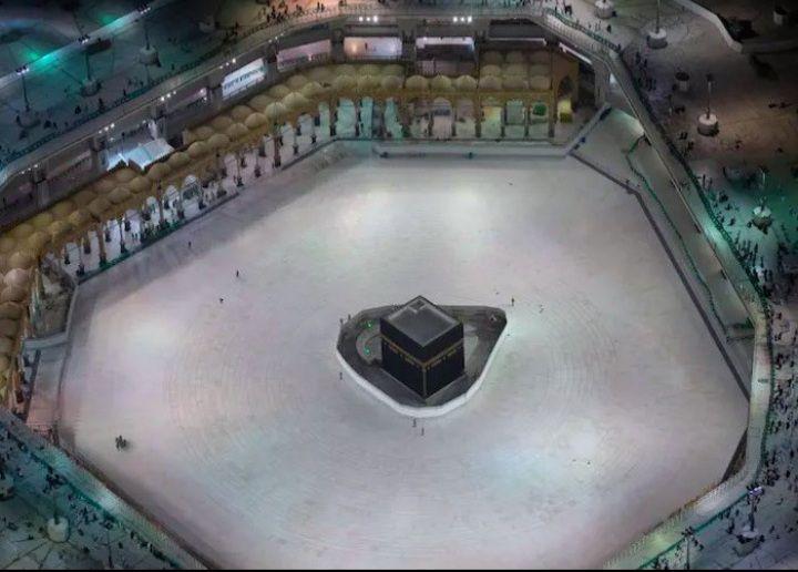 Kakbah di Masjidilharam, Makkah yang disterilkan dari kegiatan umrah untuk mengantisipasi penyebaran virus corona.