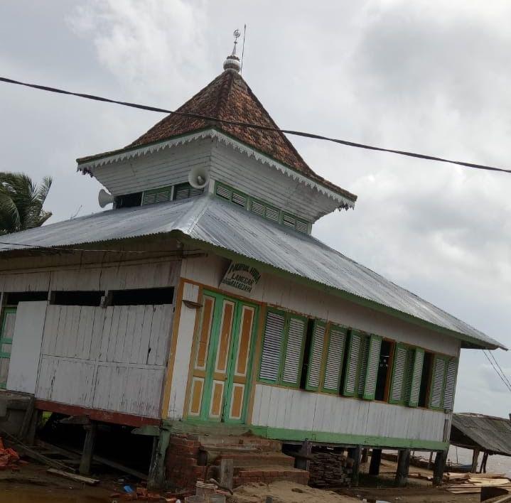 Masjid Nurul Iman menjadi saksi sejarah berkembangnya Islam di Kabupaten Tanjab Timur.