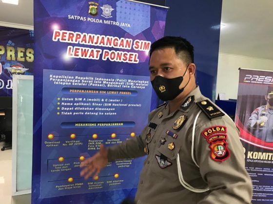 Kepala Seksi Satpas SIM Daan Mogot Subdit Regident Direktorat Lalu Lintas Polda Metro Jaya, Kompol Agung Permana memperkenalkan Aplikasi SINAR.