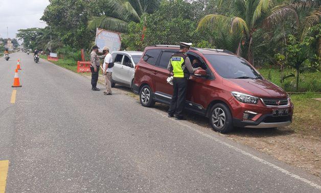 Pemeriksaan di pos Jalan Lintas Sumatera, Desa Sungai Gedang, Kecamatan Singkut, Sarolangun. Meski sudah ada pelarang, masih saja ada yang nekad mudik