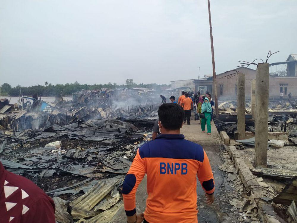 Kebakaran hebat di Kampung Lama Desa Mendahara Tengah, Kecamatan Mendahara Selasa pagi tadi (8/6).
