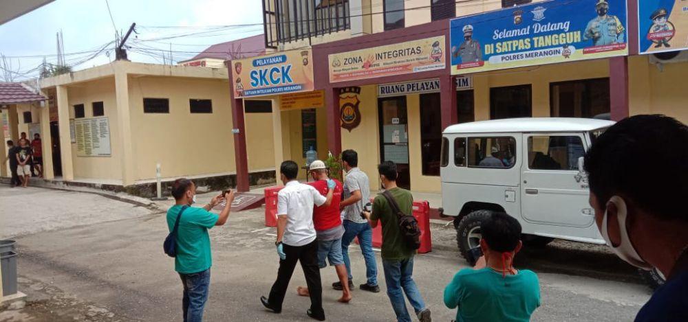 Pelaku penusukan yang menyebabkan warga Sumsel tewas bersimbah darah menyerahkan diri, diantar oleh keluarganya