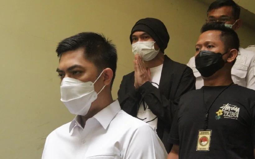 Anji eks Drive (tengah) saat di Mapolres Metro Jakarta Barat, Senin (14/6).