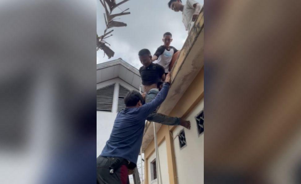 Seorang pelaku pembobolan rumah sedang kosong di Buluran diamankan warga kemudian diserahkan ke Polsek Telanaipura.