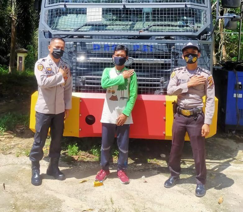 Warga SAD, Perbal Tampung, didampingi Bripka Taufiq usai dinyatakan lulus test Polri.
